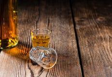 Ontsproten Glas met Whisky Stock Foto