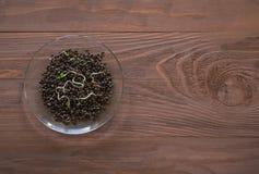 Ontsproten hennepkorrels op bruine houten achtergrond Superfoods royalty-vrije stock afbeeldingen