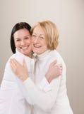 Ontsproten van het houden van het volwassen moeder en dochter koesteren Stock Fotografie