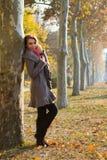 Ontsproten van jonge vrouw in het park Royalty-vrije Stock Foto's