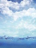 Ontsproten van waterplons tegen een tropische hemel Royalty-vrije Stock Fotografie