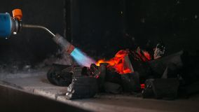 Ontsteking van houtskool in de barbecueoven stock footage