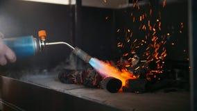Ontsteking van houtskool in de barbecueoven die een gasfornuis met behulp van stock footage