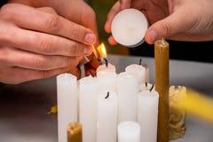 Ontsteking van kaarsen tijdens vieringen gewijd aan independe stock afbeeldingen