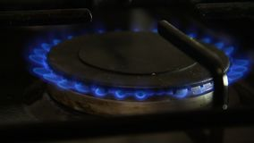 Ontstekingsgasfornuis met een gelijkeclose-up stock videobeelden