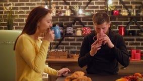 Ontstemde mens die onplezierige smaak van koffie hebben stock video