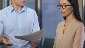 Ontstemde werkgever die het zenuwachtige dame hulp er niet in slagen kritiseren om taak uit te voeren stock footage