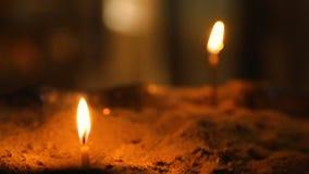 Ontstoken kaarsen, symbool van Christelijke godsdienst, geloof in zegen en het helen stock videobeelden