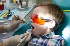 Ontvangst bij de tandheelkunde De tandarts onderzoekt de mondholte Sluit omhoog royalty-vrije stock afbeeldingen