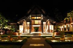 Ontvangst van luxehotel in nachtverlichting Stock Foto's