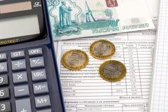 Ontvangstbewijs voor betaling van nut, calculator en Russisch geld stock afbeelding