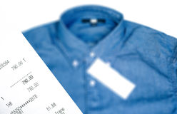 Ontvangstbewijsdocument een beschrijving van aankopen op een overhemd stock foto's