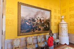 Ontvangstzaal, kinderen die het schilderen bekijken stock foto's