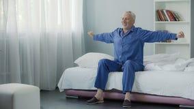 Ontwakenhoogtepunt van energie vrolijke gepensioneerde die ochtendgymnastiek, nieuwe dag doen royalty-vrije stock foto