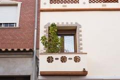 Ontwerp, architectuur en buitenconcept - Wit houten venster op de witte voorgevel stock foto