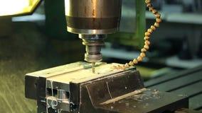 Ontwerp van boor met gaten in metaalplaat binnen fabriek stock videobeelden