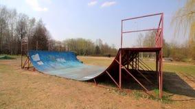 Ontwerp voor het praktizeren extreme sporten De metaaloppervlakte is gebogen boog Geïnstalleerd in het park stock videobeelden
