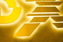 Ontwerpachtergrond met gele, oranje, gouden en bruine kleuren Geometrische vormen op gouden abstracte achtergrond Royalty-vrije Stock Afbeeldingen