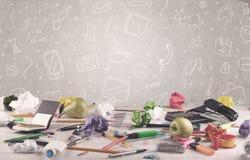 Ontwerpbureau met tekeningenachtergrond Royalty-vrije Stock Afbeelding