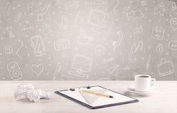 Ontwerpbureau met tekeningenachtergrond Stock Foto's