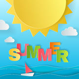 Ontwerpconcept de affiche van de de zomervakantie Zon, overzees, schip en kleurrijke brieven van origamidocument kunst en ambacht Stock Afbeeldingen