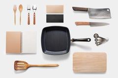 Ontwerpconcept werktuigen van het model de arious die keukengerei op whit worden geplaatst stock fotografie