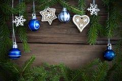 Ontwerpende Kerstmisdecoratie van sparrenbranaches op Hout Royalty-vrije Stock Fotografie