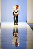 Ontwerper Antonio Berardi die aan het publiek in Audi Fashion Festival 2011 buigen Stock Foto