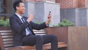 Ontwerper Celebrating Success Gesture in Offcie royalty-vrije stock afbeeldingen