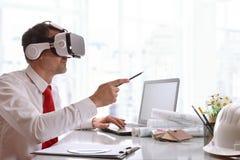 Ontwerper die 3d inhoud in virtuele werkelijkheidsglazen visualiseren Stock Afbeelding