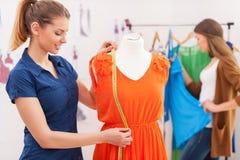 Ontwerper die kleding meten. stock afbeelding