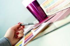 Ontwerper die kleurensteekproeven voor ontwerpproject kiezen Stock Foto's