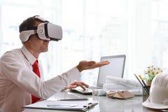 Ontwerper die met 3d inhoud in virtuele werkelijkheidsglazen interactie aangaan Royalty-vrije Stock Foto