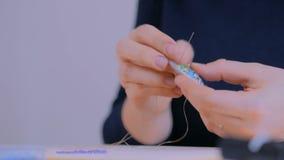 Ontwerper die met de hand gemaakte broche maken stock video