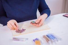 Ontwerper die met de hand gemaakte broche maken stock fotografie