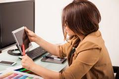 Ontwerper die technologie gebruiken Stock Foto's