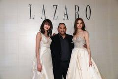 Ontwerper en modellen die tijdens Lazaro Spring bruids de manierpresentatie stellen van 2020 royalty-vrije stock foto's