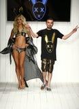 Ontwerper Eric Rosette en modelgangenbaan tijdens de MisterTripleX-modeshow Stock Foto's