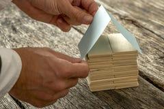 Ontwerper Forming een Miniatuur uit Hout en Document royalty-vrije stock afbeelding