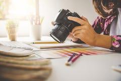 ontwerper grafische creatief, creativiteitvrouw die aan camara a werken Stock Afbeelding