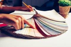 ontwerper grafische creatief, creativiteitvrouw die aan laptop a werken Stock Afbeeldingen