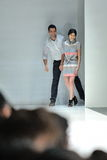 Ontwerper Jonathan Simkhai van New York die het publiek begroeten in Audi Fashion Festival 2012 Royalty-vrije Stock Foto