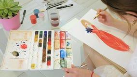 Ontwerper Paints een Schets van Haar Toekomstige Kleding stock footage