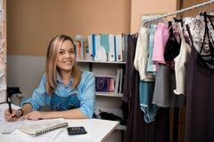 Ontwerper van kleren in de workshop Gelukkige Glimlach op Haar Gezicht stock afbeelding