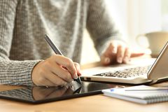 Ontwerper werkende tekening met een digitale pen stock foto