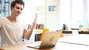 Ontwerper Yelling terwijl het Werken aan Laptop stock videobeelden