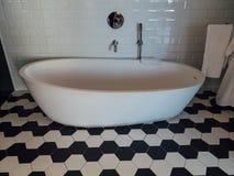Ontwerperbadkuip in de ruimte van het luxehotel stock foto's