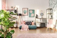 Ontwerperbinnenland met smaragdgroene sofa royalty-vrije stock afbeelding