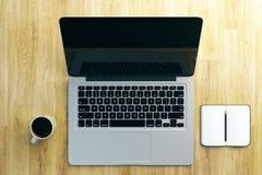Ontwerperdesktop met laptop Royalty-vrije Stock Afbeelding