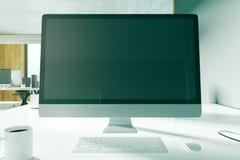 Ontwerperdesktop met lege computer Stock Afbeeldingen